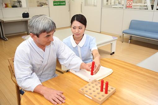 介護 病院 医院 医療 患者 男性 男 ヘルパー リハビリ 麻痺 脳梗塞 障害 介護施設 積み木 手 腕 感覚 つかむ 掴む ケア 介護福祉士 後期高齢者 ヘルパー 白髪 日本人  トレーナー セラピスト  mdjf034    mdjm013