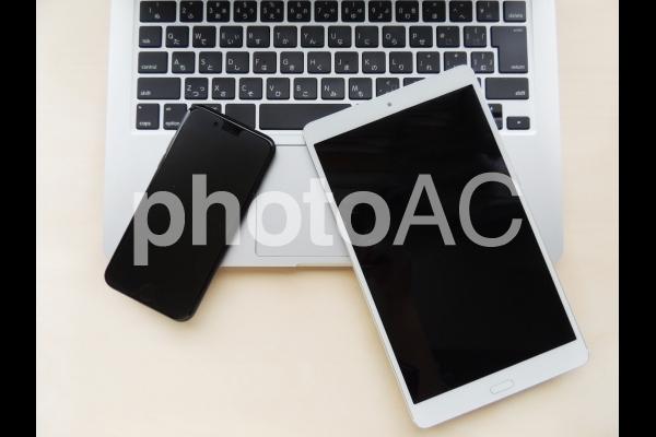ノートPC、タブレット、スマートフォンの写真