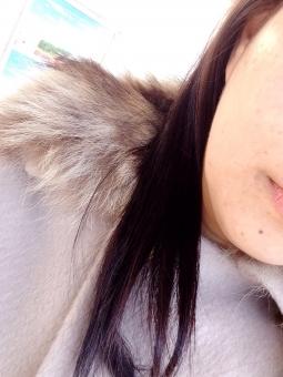 人物 雑貨 ほくろ 日本人 ファー 髪の毛 アジア系 コート ヘアスタイル 日本 ラクーンファー ロングヘア 女 ベージュ 黒髪 女性 冬 茶髪 女子 春先 頬 三十代 春 口 二十代 顔 身だしなみ 小物 唇