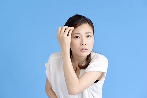 女性 ポーズ 人物 30代 日本人 黒髪 爽やか カジュアル 屋内 正面 ブルーバック 青背景 半そで 白  左手 上半身 不安 鏡 凝視 顔 髪 身だしなみ 見つめる 自分 真剣 憂い 心配 mdjf013