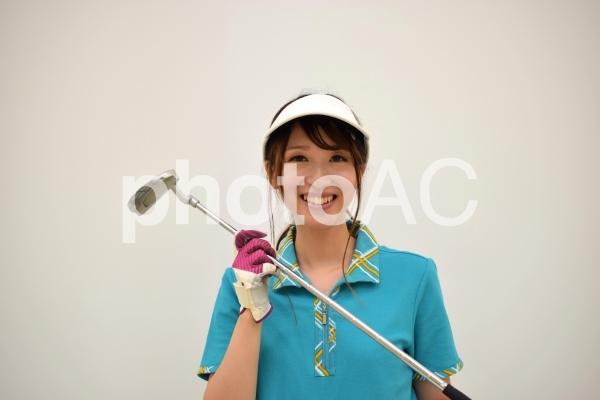 パターを持つゴルフ女子の写真
