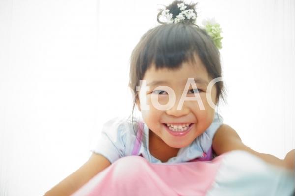 頭にお花笑顔の子供の写真