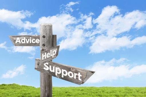 アドバイス・ヘルプ・サポートを示す木製道しるべと青空の写真