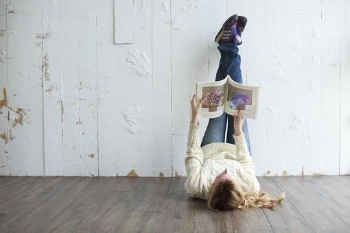 人物 女性 20代 外国人 外人   外国人女性 外人女性 モデル 若い セーター   ニット 私服 カジュアル ポーズ 金髪   ロングヘア 屋内 室内 部屋 ライフスタイル 雑誌 本 読む 寝転ぶ 床 壁 足を上げる リラックス 寛ぐ 逆さま mdff045