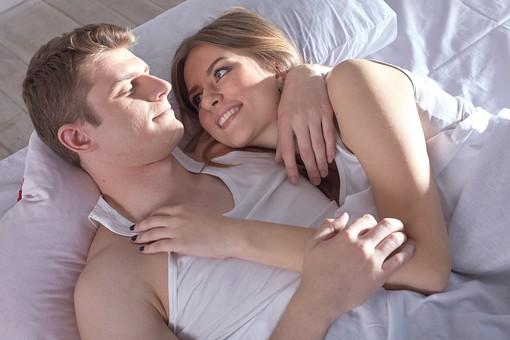 人物 外国人 外人 カップル 恋人  夫婦 大人 男女 20代 30代  モデル 生活 暮らし 屋内 室内  部屋 寝室 ベッドルーム ベッド 朝  目覚め 眠り 信頼 愛 LOVE  ラブラブ 幸せ ハッピー 幸福 笑顔 語らい 寄り添う 抱く 抱き寄せる 俯瞰 ハイアングル  mdfm059 mdff103