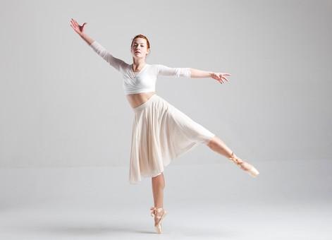 ダンス ダンサー ポーズ 体勢 姿勢 体位 ステップ 踊る 踊り 運動 スポーツ 振り付け 振付 振り 女性 女 外国人 若い 全身 バレエ バレリーナ 手 腕 上げる 広げる 足 脚 つま先 つま先立ち 背景 白 ホワイト mdff128