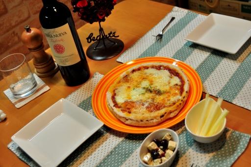 ワイン ピザ オリーブ クリームチーズ セロリ 宵酔 宵々 よいよい ヨイヨイ 酔っぱらい 晩御飯 イタリアン