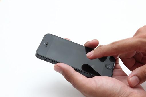 白バック 白背景 携帯電話 携帯 けいたい スマートフォン スマホ クローズアップ ビジネス アップ モバイル アイテム 液晶画面 端末 タッチパネル デジタル機器 液晶パネル 画面 タッチ携帯 ハンドパーツ 手 男性の手 男性 電話