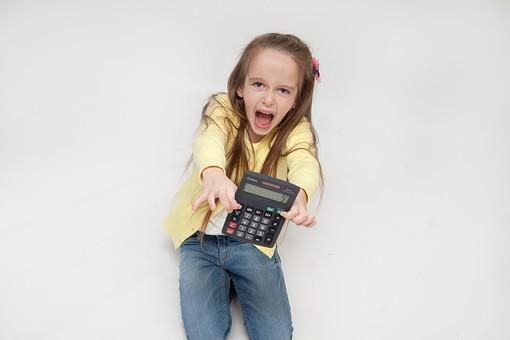 人物 こども 子供 女の子 少女  外国人 外人 キッズモデル あどけない かわいい   屋内 スタジオ撮影 白バック 白背景 カーディガン   長髪 ロングヘア ポートレイト ポートレート 表情  ポーズ 電卓 計算  赤字 驚く 座る 俯瞰 mdfk016