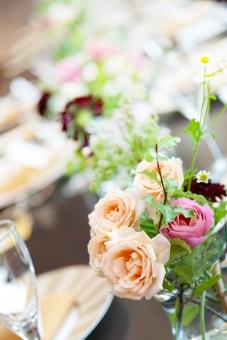 花 はな 白 黄色 ワインレッド 花瓶 オシャレ 水 結婚式の花 ブライダルフラワー 緑 バラ 薔薇 植物 テーブル装花 光 綺麗 きれい 祝福の日 おめでたい