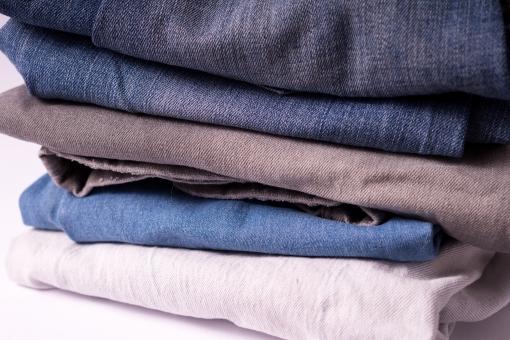 ジーンズ ジーパン Gパン デニム 柄 無地 生地 裾 布 布地 折り畳み 畳む ファッション パンツ 縫い目 積む 重なる 服装 服 足 脚 ホワイト 白バック 5足 ズボン 青 ブルー 紺 紺色 ネイビー グレー 灰色