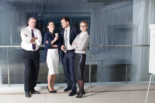 ビジネス 仕事 ビジネスマン 会社 会社員 グローバル インターナショナル 外国人 白人 男性 シャツ ネクタイ スーツ ビジネスウーマン キャリアウーマン 女性 スタイリッシュ タイトスカート チーム 仲間 同僚 上司 ボス 20代 30代 40代 中年 50代 ビジネスチーム プロジェクトチーム プロジェクト 集合写真 紹介 笑う 笑顔 スマイル 微笑む 微笑み ほほえむ ほほえみ カメラ目線 ポートレート 室内 屋内 オフィス ガラス 廊下 並ぶ 4人 四人 談笑 おしゃべり 話す 休憩 コーヒー カフェ ドリンク 全身 部下 mdfm070 mdjms015 mdff131 mdff132