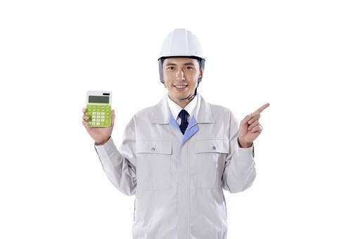 日本人 男性 おとこ 青年 社員 職員 ビジネスマン 仕事 労働 業務 ビジネス ワーク 会社 職場 営業 事務 作業 制服 笑顔 指さし 人差し指 電卓 電算 持つ 示す 計算 勘定 算定 見積 コスト 費用 金額 数値 カウント 白バック 白背景 mdjm001