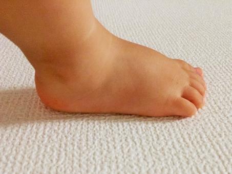 赤ちゃん 足 脚 一歩 ステップ 新しい ニュー 初めて baby foot step ベビー 幼児