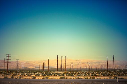 自然 空 青空 グラデーション 山 山並み 山脈 木 樹木 自然 植物 電柱 塔 柱 電線 電気 建築 建築物 建物 施設 壮大 広大 雄大 室外 屋外 無人 加工 景観 アメリカ 外国