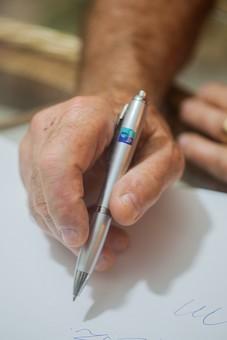 人物 老人 お年寄り 高齢者 シルバー  年老いた手 ハンドパーツ 手 指 ハンド  パーツ 手の表情 年老いた手 皺 しわ  シワ クローズアップ  ペン 筆記具 持つ 書く 手紙 レター リハビリ 訓練 医療 福祉 手元 手先 指先