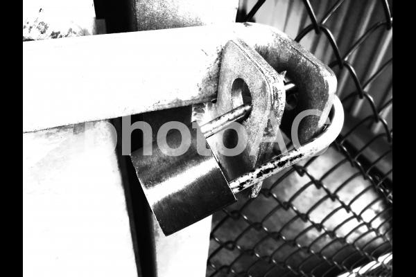 大きな南京錠で施錠された扉の写真