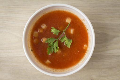 食べ物   野菜  たべもの  料理  スープ    軽食  赤い  あかい   トマト  とまと  トマトスープ   イタリアンパセリ    香草 ハーブ  クルトン  くるとん 皿 さら 食器  深い  スープボウル  陶器  とうき  白    カップ   テーブル  木 植物 緑 俯瞰 真上