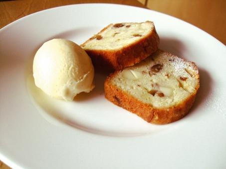 パウンドケーキ ケーキ アイスクリーム お菓子 食べ物 甘い 糖 デザート Dessert sweet おやつ 洋菓子 おいしい うまい 休憩 カフェ 喫茶 バニラ くるみ 胡桃 リンゴ 林檎 皿