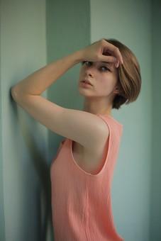 人物 女性 モデル 若い 20代   外国人 外人 外国人女性 外人女性 ポーズ   ポートレート ファッション ショートヘア ショートカット 屋内  室内 部屋  おしゃれ 着こなし シャツ ノースリーブ ニット 上半身 フェミニン ポージング カメラ目線 壁 mdff078