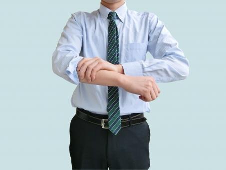 ビジネス 日本人 男性 若い 若者 20代 30代 スーツ 就職活動 就活 元気 社会人 ビジネス やる気 熟考 思考 考える OK 信頼 アイデア 閃く 閃き ビジネスマン ポイント 仕事始め 新卒 腕まくり 仕事 始め 開始