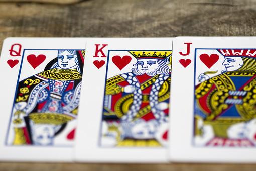 トランプ カード ゲーム 札 娯楽 木 屋外 茶色 机 テーブル J ジャック ハート 赤 Q クイーン K キング  絵札 黒 木目 手品 マジック 遊び 絵札  重ねる 配る 切る カードゲーム