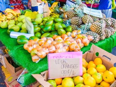 ハワイ マルシェ マーケット ファーマーズ ファーム 朝市 市場 フルーツ 果物 果実 カラフル 南国 グレープフルーツ パイナップル オレンジ バナナ 黄色 緑 パパイヤ ココナッツ 賑やか 明るい