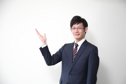 男性 ビジネスマン 営業 会社員 サラリーマン 社員 男 ビジネス 案内 コピースペース 笑顔 メガネ めがね 眼鏡 上半身 おすすめ お勧め お薦め 手 Men 男子  20代 30代 ビジネススーツ 背広 ネクタイ シャツ  室内 ジャケット 出勤 勤務 働く 背景白 若い 日本人 mdjm019