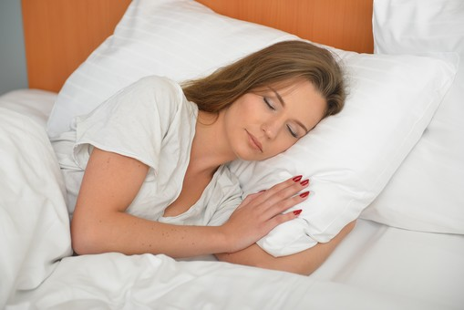 人物 外国人 外人 女性 外人女性  外国人女性 モデル 20代 30代 ポーズ  1人 外国 海外 海外旅行 旅行  旅 観光 バカンス 休暇 ビジネス  ホテル  宿泊 ベッド 眠る 寝る 睡眠 のんびり 疲れ 疲労 癒やし ぐっすり mdff105