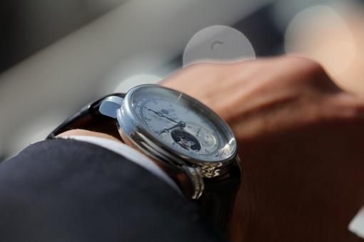 小物 男性 腕時計 時計 時間 しぐさ ビジネスシーン 横位置
