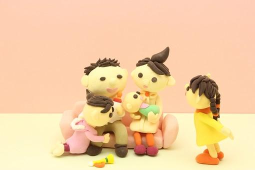 クレイ クレイアート クレイドール ねんど 粘土 クラフト 人形 アート 立体イラスト 粘土作品 人物 笑顔 子供 子ども こども 親子 ソファ 座る 椅子 赤ちゃん お母さん お父さん 女性 男性 家族 団らん だんらん 団欒