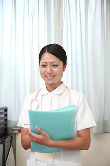 看護師 看護婦 ナース 白衣 女 女性 病院 医院 医療 看護 院内 屋内 カルテ ファイル 聴診器 若い 笑顔 介護 福祉 診療所 日本人   mdjf034