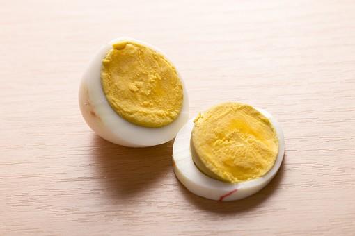 たまご 卵 玉子 タマゴ エッグ 卵色 料理 食べ物 食材 食料 物撮り 屋内 人物なし 上から視線 レシピ 鶏 にわとり ニワトリ 1個 ボイル ゆで卵 半分 半割り 黄身 白身 白バック 床 白 黄 2切れ