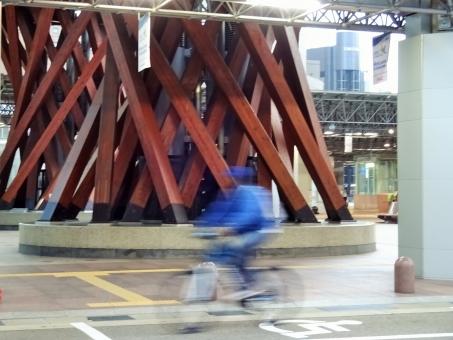 北陸 金沢 加賀 鼓門 つづみ門 朝 早朝 疾走 走る 自転車 急ぐ 駆け抜ける サイクル バイク