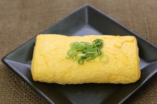和食 食べ物  皿 小皿 塩分 塩気 栄養 栄養バランス 健康 和定食 朝食 卵焼き たまご焼き 玉子焼き たまご 玉子 卵 タマゴ  テーブル 黄色 ふわふわ 葱 ネギ ねぎ 輪切り 出汁巻き卵
