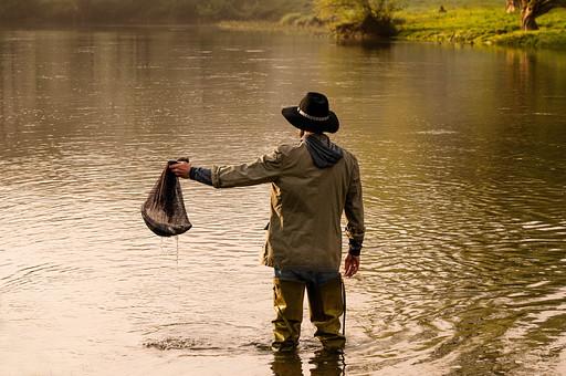 川釣り 河 川 桟橋 木 釣り フィッシング フライフィッシング 魚 釣り人 フィッシャーマン 趣味 ホビー 釣った魚 釣果 獲物 ニジマス 川魚 結果 吊り下げる 入れる 網 ネット 投げ釣り キャスティング 水面 川の上 河の上 河の中 川の中 夕方 夕日 黄昏 男性 立つ 持つ 持ち上げる