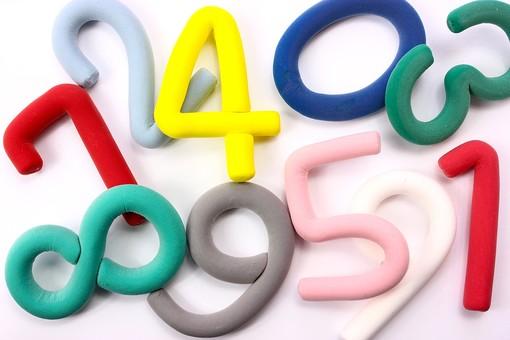 クレイアート アート 粘土 ねんど 手作業 細工 手作り 芸術 美術 図工 作る カラフル 色 ポップ キュート かわいい 味がある 影 小物 物体 素材 数字 桁 計算 集まる 集合 絡まる つながる