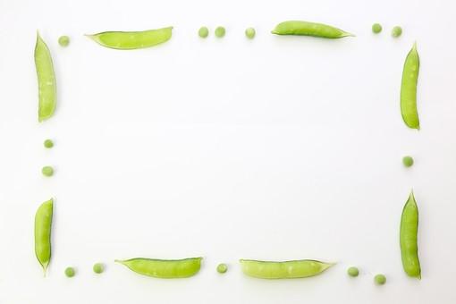 野菜 えんどう エンドウ 豌豆 スナップえんどう スナップエンドウ 食材 新鮮 室内  素材 きれい 鮮やか 可愛い 無人 飲食 美味しい 新鮮な 鮮やかな   背景  食べ物 食べる 健康 フレッシュ 自然 ダイエット ベジタブル ベジタリアン ビーガン マクロビオティック 菜食 整列した 整列 並ぶ 料理 買い物 スーパー 粒 転がる グリーンピース フレーム 野菜フレーム 枠