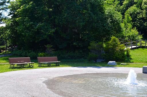 公園 噴水 ベンチ 休憩 自然 景色 風景 植物 樹木 木 樹 新緑  葉 葉っぱ 背景  緑 明るい 日陰 休む 遊歩道 散策 道 歩道 森林浴 癒し