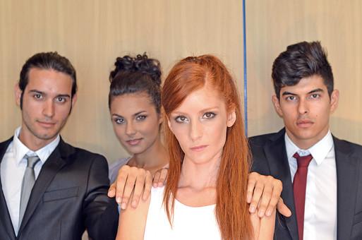 会社 オフィス内 ビジネス 仕事 職場 屋内 室内 働く スーツ 人物 男性 女性 ネクタイ 上司 部下 先輩 後輩 白人 インターナショナル 外国人 外人 外人男性 外人女性 白人女性 白人男性 グローバル 同僚 並ぶ mdff125 mdff126 mdfm071 mdfm072