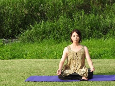ヨガ ヨガポーズ よが yoga あぐら 女性 大人 屋外 日本人 公園 芝生 ヨガマット グリーン 外 晴れ 天気 晴天 余白 スペース 人物 人間 女 人 1人 素材 材料 7月 8月 夏 昼間 昼 美容 健康 背景 横 右