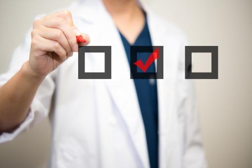 チェック 白衣 大学 リスト 博士 男性 リサーチ スケジュール 病気 赤ペン 研究所 病院 書く 実験 医者 ドクター 医療 医師 男性 予定 確認