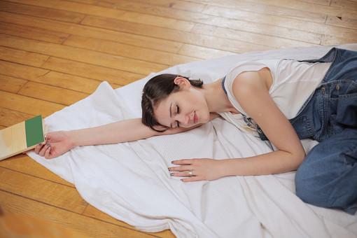 外国人 女性  ファッション 白人 オシャレ おしゃれ お洒落 モデル 20代 ヤング レディース ミディアムヘア 洋服 デザイン スタジオ撮影 1人 美人 美女 ポーズ ポージング ラフ 自然体 個性的 個性派 ナチュラル カジュアル オーバーオール Tシャツ 寝る 寝そべる 寝転がる 仮眠 休憩 布団 目をつぶる 目を閉じる 眠る 腕枕 mdff006