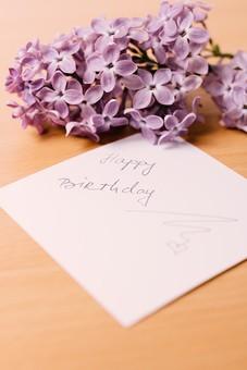 英語 文字 イングリッシュ お誕生日 記念日 お祝い ハッピーバースデー 物撮り 人物なし 屋内 ハッピー ラベンダー 花びら 花束 ハート 愛してる 白 パープル 紫 白バック 白背景 手書き 直筆 言葉 メッセージ 伝言 ギフト 誕生日カード テーブル ハート 心 真心 Happy Birthday