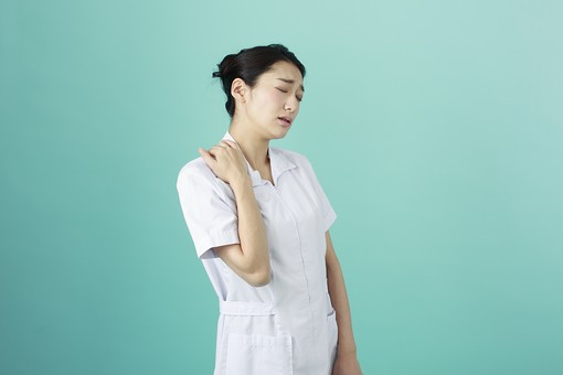 人物 女性 日本人 20代 30代   仕事 職業 医療 病院 看護師  ナース 医者 医師 女医 薬剤師  白衣 看護 屋内 スタジオ撮影 背景  グリーンバック おすすめ ポーズ 上半身 肩こり 肩凝り 疲労 疲れ mdjf010