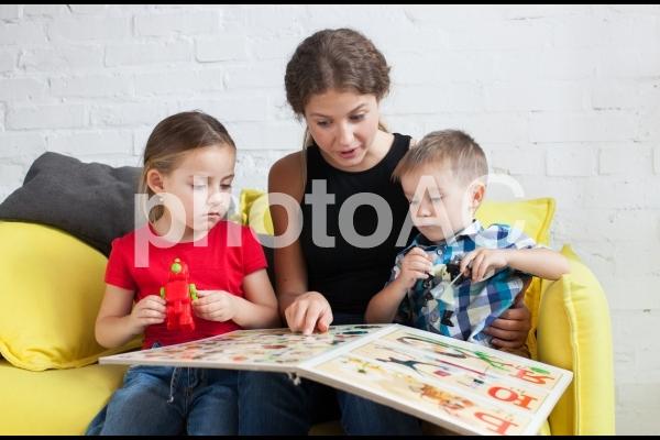 子どもと遊ぶベビーシッター28の写真