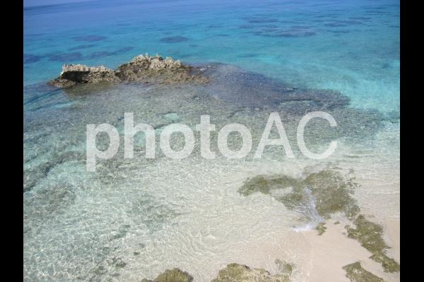 宮古島 青い海の中の岩の写真
