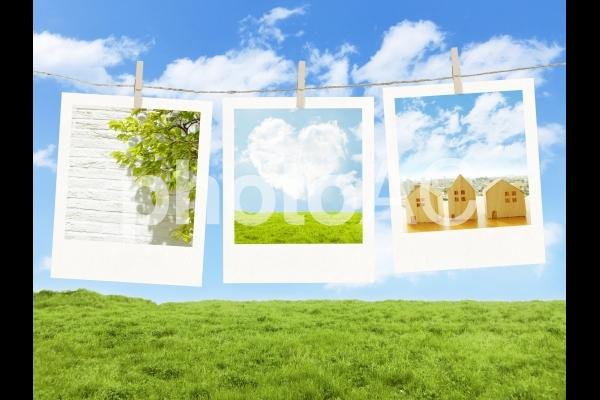 青空と草原とロープで壁で飾られた写真の写真