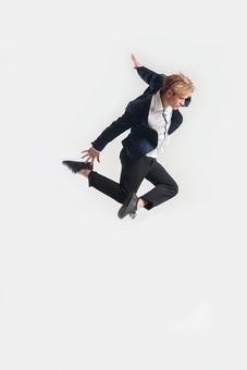 ダンス ダンサー ポーズ 体勢 姿勢 体位 ステップ 踊る 踊り 運動 スポーツ 振り付け 振付 振り 男性 男 外国人 金髪 若い 全身 足 脚 曲げる 飛ぶ ジャンプ 跳躍 横顔 背景 白 ホワイト mdfm074
