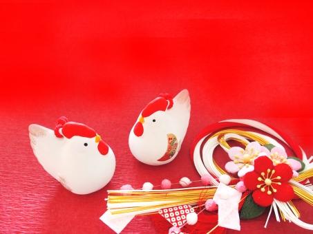 酉の置物 酉年 鳥 鶏 ニワトリ 酉 赤背景 対 二羽 年賀 正月 にわとり 2017年 干支 置物 飾り 縁起物 年賀状 イメージ 背景 陶器 1月 行事 新春 背景素材 空白 お正月